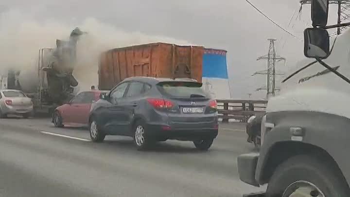 На внешней стороне КАД горит в прицепе грузовика у Софийкой , водитель миксера тушит своей водой
