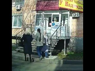 😱В Ижевске балконная обшивка упала на двух девушек, когда они заходили в магазин. Рядом с одной из них в крыльцо вонзилась армат