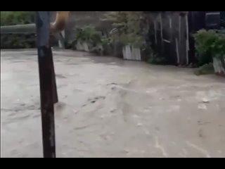 Река вышла из берегов и подтопила жилые дома в Крымском районе.Этой ночью произошел резкий подъем воды в реке Шибик. В хуторе