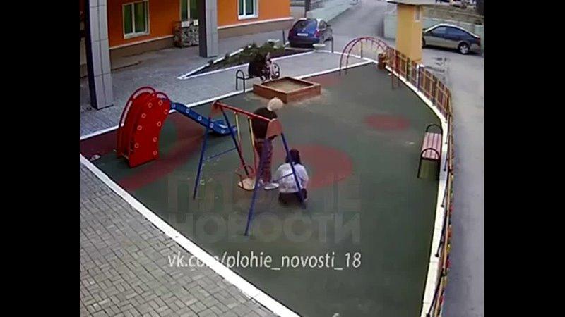 телки пописяли на детской площадке