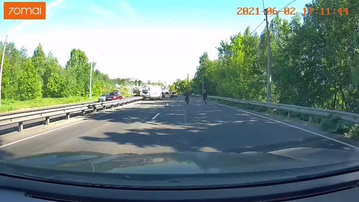 Сегодня днем на Выборгском шоссе Автомобиль повернул на АЗС Газпром и сбил питбайк справа от себя