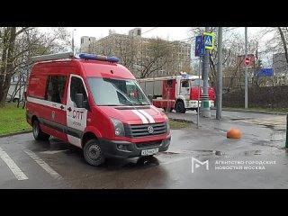 Оперативные службы на месте падения оборвавшегося электрокабеля на пешехода в Дмитровском проезде.