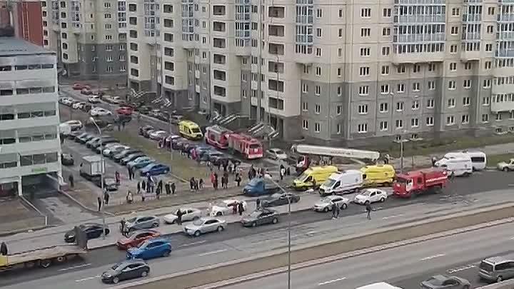 Горит квартира на пр. Героев 26. Службы на месте. По информации от очевидцев из квартиры вынесли мал...
