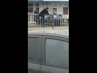 Человек покоряет ограждение, пешеходный переход 50 метров не дошел