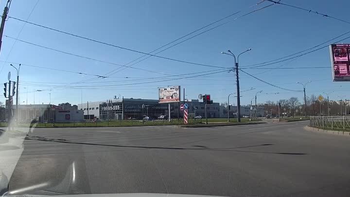 Подставной светофор Обратите внимание на светофор слева в углу экрана на круговом перекрёстке ...