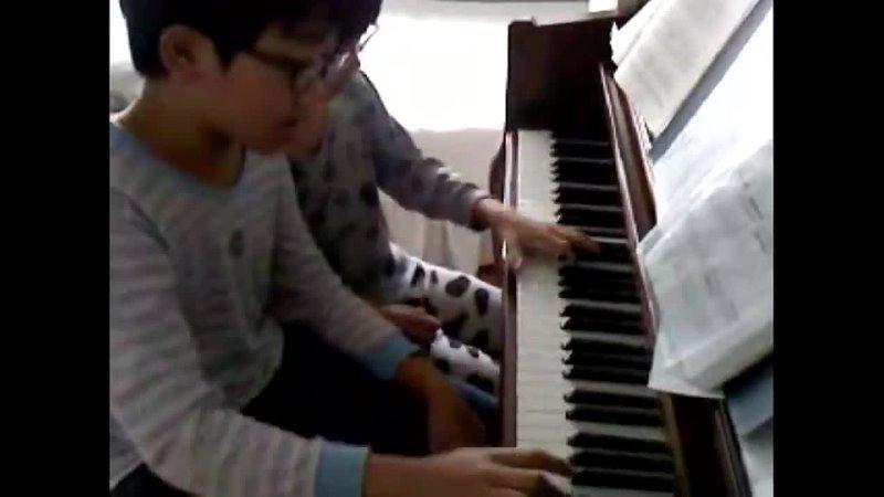малыш боми играет на пианино ㅠㅠ