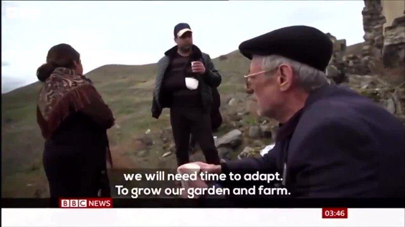 Азербайджанские беженцы через 28 лет после освобождения оккупированных территорий пьют чай на руинах собственного дома