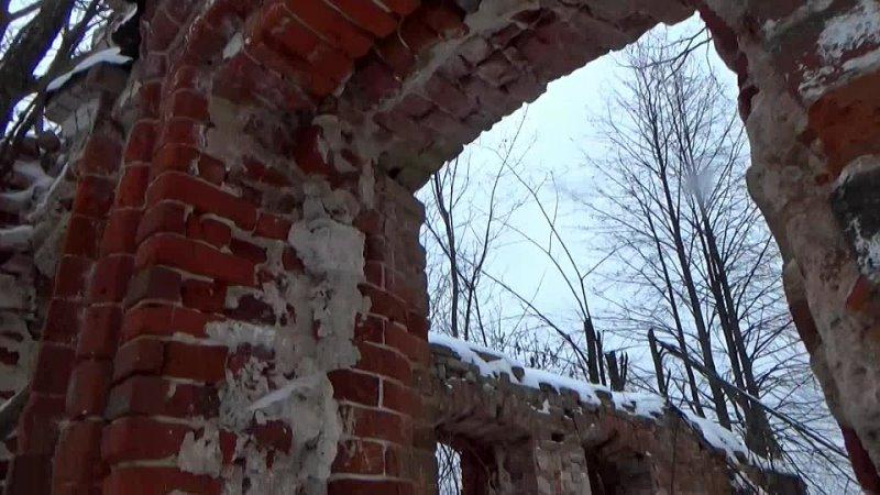Одинокий и разрушенный дореволюционный кирпичный дом