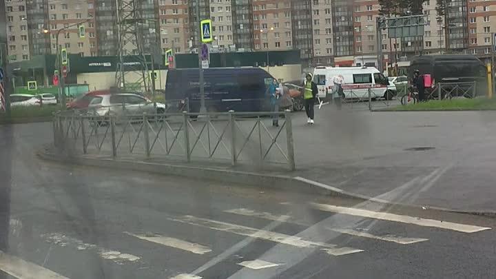 На Парашютной перевернулся на крышу автомобиль