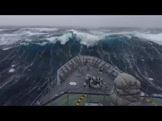 Военный корабль США во время шторма в Антарктике