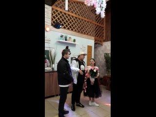 Успел, в прямом смысле, долететь с розами на Днюху Елены КРУТЫХ в «Мельнице» в Красном Сулине. Вау, вот это праздник!!!