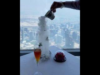 Подача десертов в ресторане самого высокого здания в мире,  Бурж Халифа, Дубаи 😍👍