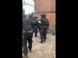 Спецназ СОБР заходит на участок жителя Подмосковья и готовится к штурму