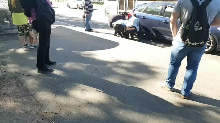На Непокоренных 47а автобус притерся с автомобилем у остановки. Машину пытаются сдвинуть с места вру...