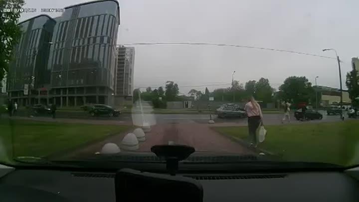 Вчера на Энергетиков, дама управляя каршерингом, немного вылетела на встречку, через разделительный ...