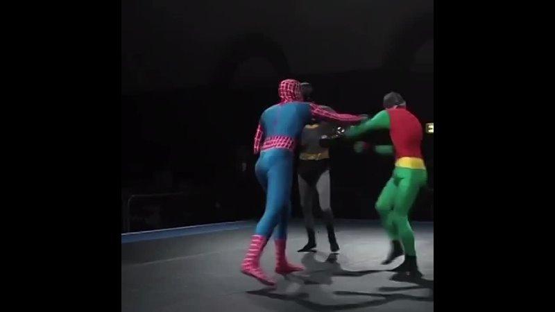 человек паук vs. бэтмен и ещё какой-то чудик