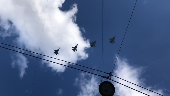 Над центром Санкт-Петербурга на низкой высоте пролетели более двух десятков военных вертолётов и сам...