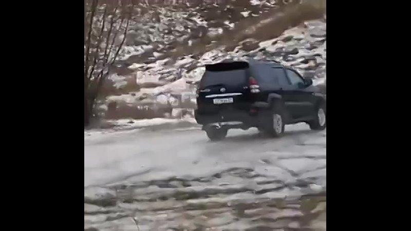 Один любитель офф-роуда пытался покорить крутой склон, другой водила не смог удержать джип на горе и мужики нашли друг-друга