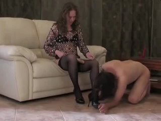 Взрослая госпожа доминирует над молодым нижнем
