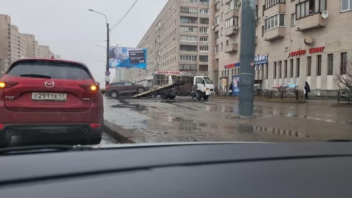 У метро Гражданский проспект очень неаккуратно эвакуируют машины с тротуара.
