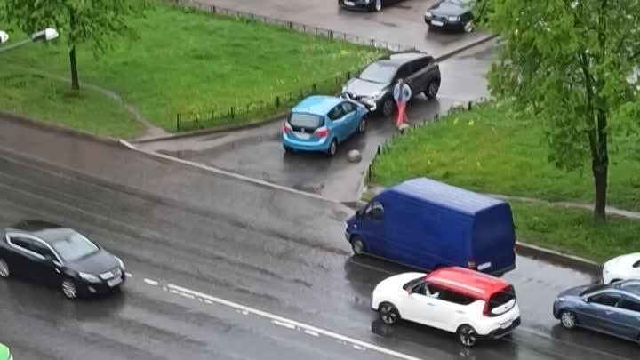 Опять на Маршала Захарова у дома №35 два упертых водителя решили друг друга не пропускать.