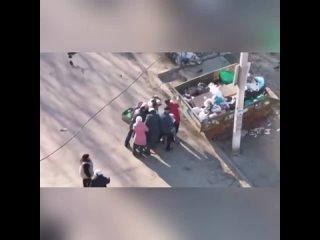 В сети появилось видео как сотрудник пятерочки в г. Воронеж попытался утилизировать просроченные продукты,