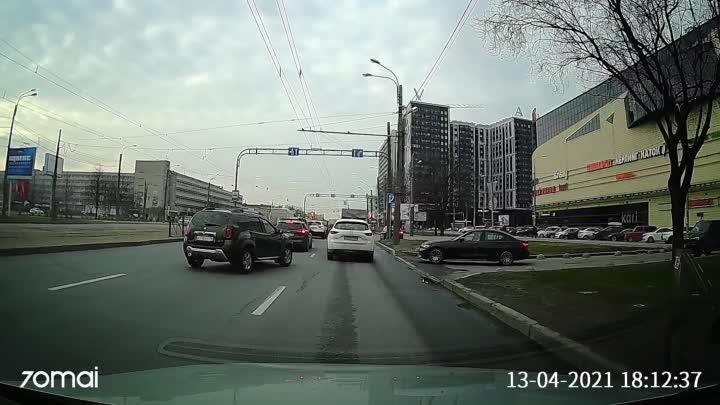"""Сегодня были свидетелями ДТП, как на Бухарестской, возле ТРК """"Континент"""", Renault притер Мазду."""