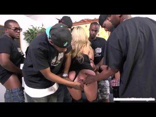 Блондинка Madelyn Monroe глотает заглатыет большие длинные хуи члены негров залил сперму порно секс минет толпе Blowbang Bukkake