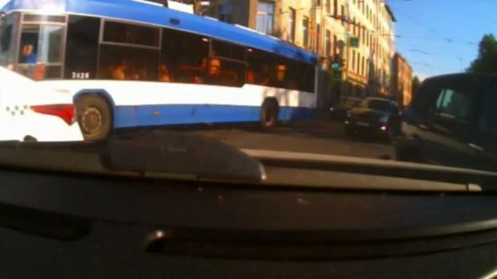 Вчерашнее ДТП на перекрестке Кондратьевского и Жукова в 18:30. Трамвай зажал Ниссана.