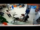 В Калининграде охранник магазина попросил убрать мужика велосипед