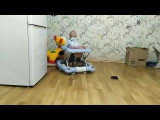 Танец с жирафом 9 месяцев