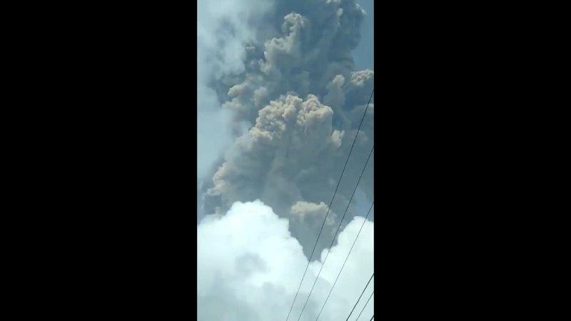 Извержение вулкана Суфриер в Сент Винсент и Гренадины Карибское море 9 апреля 2021