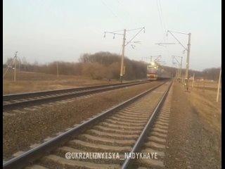 🚂 чс4-061 и 🚂 чс4-110 перегоняют электропоезд hrcs2-008 .