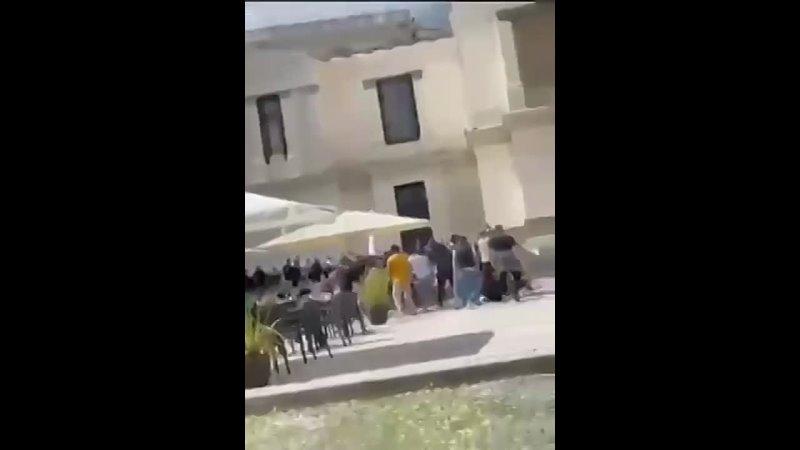 Бешенцы в Итальянском городе Рим с палками набросились на посетителей ресторана