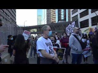 Акция протеста перед судом Миннеаполиса
