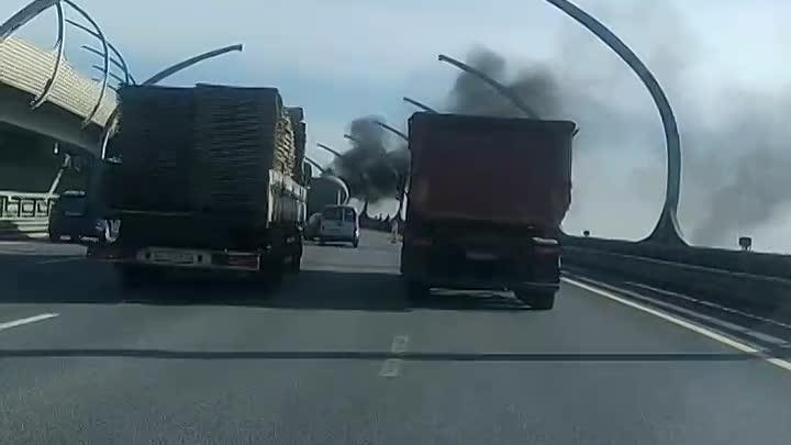 На ЗСД над Путиловской набережной горит самосвал