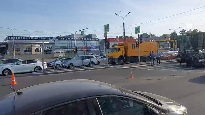 Автомобиль перевернулся на крышу и загорелся на перекрёстке Богатырского и Сизова. Уже потушили