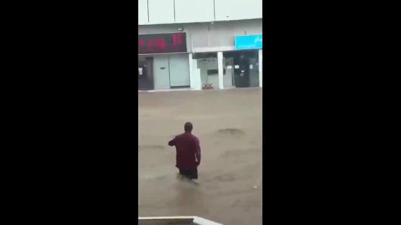 Небывалое наводнение в Саудовской Аравии смывает город Мекке, дождь, град Саудов