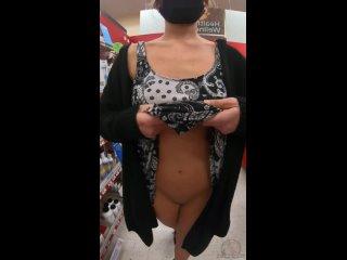 Сверкая своими сиськами и задницей в торговом центре!  Самые горячиe девочки порно секс минет сиськи жопа молодая дрочит пизду