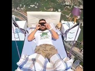 Ну и кто вам сказал, что нельзя летать на кровати? Да еще и в комплекте с прикроватными тумбами))