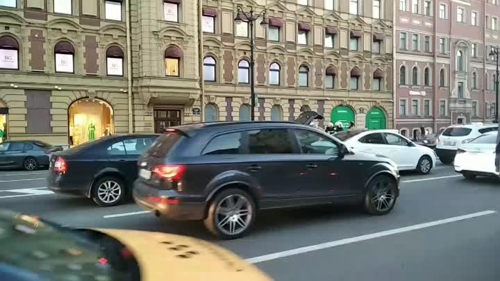 На Невском 153 bmw влетело в скорую, никто серьезно не пострадал, по словам водителя bmw, его подрез...