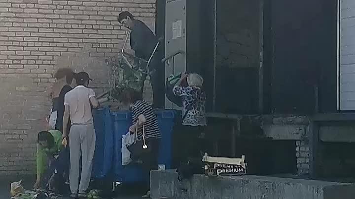 Ленинский пр. 137 люди пришли в магазин Перекрёсток со стороны зоны загрузки, картина страшная