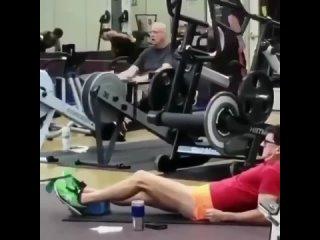 Ну правильно, не зря же он в спортзал пришел.