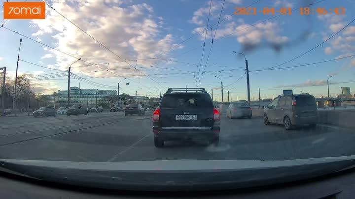 YouDrive не захотел стоять в пробке и вскарабкавшись на бордюр, продолжил движение по трамвайным пут...