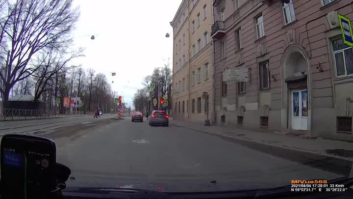 Водители проезжают на красный. Проспект Обуховской обороны....интервал между записями четыре минуты.