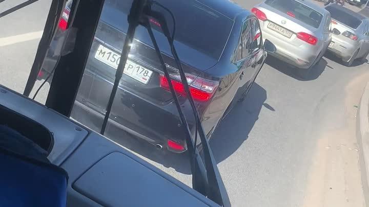 На Руставели перед Суздальским горит автомобиль