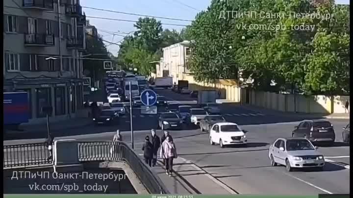 1 июня в 08:20 на у Лифляндской улице, перед набережной Обводного канала произошло ДТП, Я на KIA ...