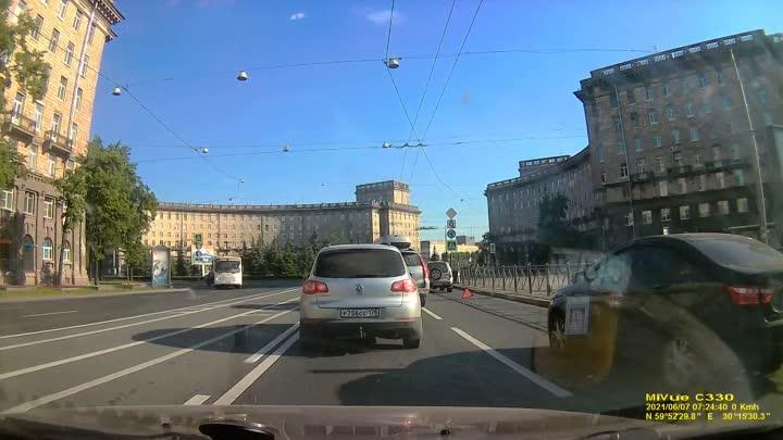 Двое встали перед Комсомольской площадью на Стачек в сторону Кировского завода. Затор обеспечен.