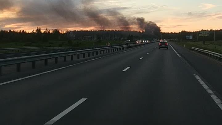 На Новоприозерском шоссе перед развязкой на Токсовское шоссе в Питер Щебеневоз прилёг на бок и загор...