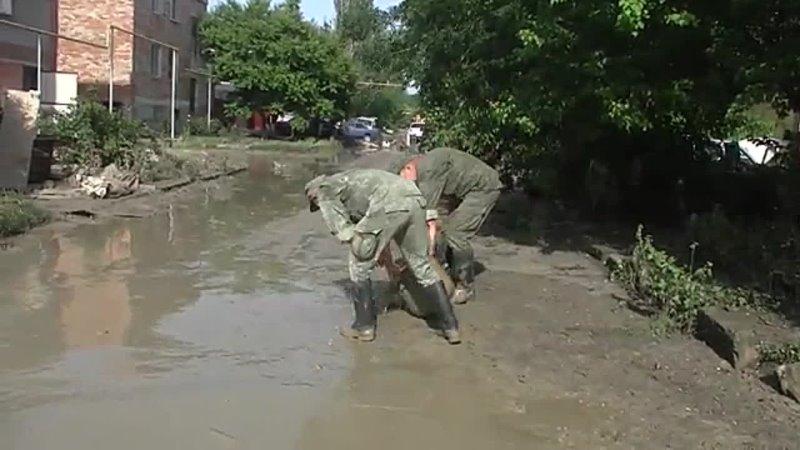 Военные ликвидируют последствия масштабного наводнения в Керчи